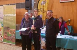 Remise de la coupe du président d'honneur de la ROEF à un jeune éleveur pour sa première médaille à un championnat régional